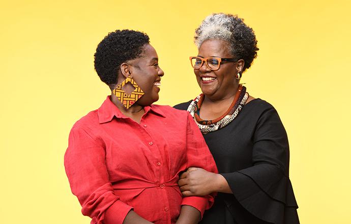 Ana Paula Xongani, e a sua mãe ,Cris Mendonça, a linha S.O.S Cachos Abacate Ritual de Cuidado traz o conceito de raízes e ancestralidade